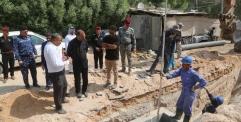 المحافظ يشرف على انطلاق مشروع مد شبكة المجاري في حي الشرطة والثورة في النجف الاشرف